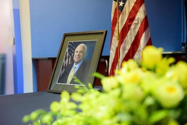 Sau khi Thượng nghị sĩ John McCain qua đời hôm 25/8, Đại sứ quán Mỹ tại Hà Nội đã quyết định mở sổ chia buồn trong hai ngày 27-28/8 tại Tòa nhà Vườn Hồng, số 170 Ngọc Khánh để phục vụ những người có mong muốn chia sẻ với gia đình ông McCain về sự mất mát này. (Ảnh: Reuters)