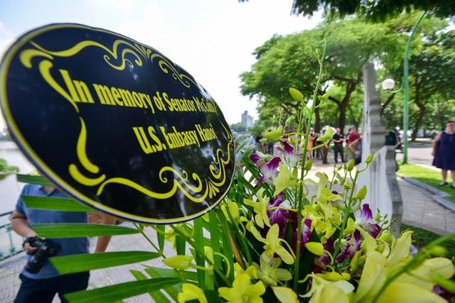 Đại sứ Mỹ đặt hoa tưởng niệm Thượng nghị sĩ McCain bên hồ Trúc Bạch - 13