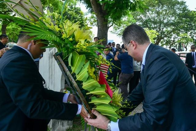 Đại sứ Mỹ Kritenbrink cùng khiêng vòng hoa để đặt trước khu vực tấm bia.