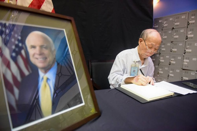 Cụ Phạm Minh Chức, 81 tuổi, là một trong những người tới Đại sứ quán rất sớm vào sáng nay để chờ đợi ghi sổ tang.