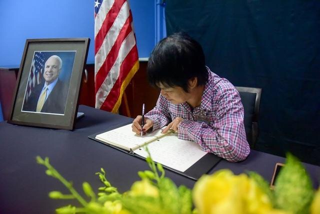Lễ truy điệu ông McCain sẽ diễn ra vào ngày 2/9 tại Học viện Hải quân Mỹ, sau đó linh cữu của ông được chuyển tới nghĩa trang của đơn vị này ở Annapolis, bang Maryland để an táng. Trao đổi với Dân trí, một người dân có mặt tại buổi lễ trang nghiêm này chia sẻ: Mối quan hệ Việt - Mỹ phải trải qua những ký ức, chặng đường đau thương, mất mát. Quá khứ nay đã tạm khép lại, nhường chỗ cho những mầm xanh tươi tốt của mối quan hệ nồng ấm giữa hai nước, trên cả bình diện con người lẫn quốc gia. Chặng đường đó, có góp công rất lớn của ông John MacCain. Công lao đó, chúng tôi sẽ không quên.