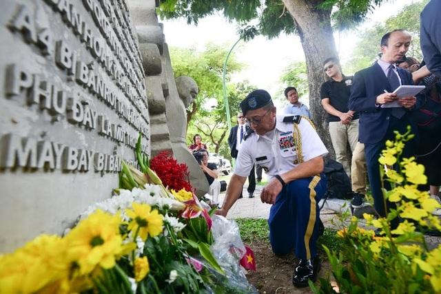 Tùy viên quân sự Ton Tuan, một thành viên của phái đoàn ngoại giao Mỹ tại Việt Nam, tưởng nhớ Thượng nghị sĩ McCain.