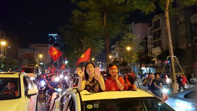 """""""Biển người"""" mừng chiến thắng của Olympic Việt Nam ở hồ Hoàn Kiếm - 13"""