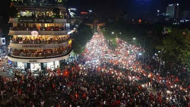 """""""Biển người"""" mừng chiến thắng của Olympic Việt Nam ở hồ Hoàn Kiếm - 2"""