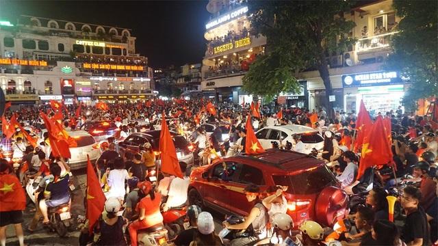 Giao thông quanh khu vực bờ hồ Hoàn Kiếm đã tê liệt hoàn toàn.