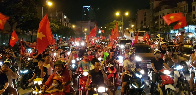 Người dân từ các khu vực bên ngoài tiếp tục đổ về khu trung tâm lúc hơn 23h