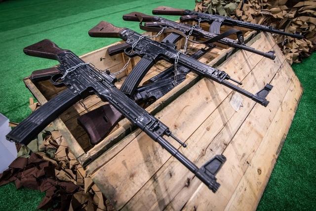Những vũ khí bị Nga tịch thu từ phiến quân trong cuộc chiến chống khủng bố tại Syria đã được trưng bày tại triển lãm quân sự Army-2018 ở ngoại ô Moscow gần thành phố Kubinka. Công chúng có cơ hội quan sát nhiều loại vũ khí, có thể được sử dụng từ thời Thế chiến 2 cho tới những vũ khí mới được chế tạo gần đây. Trong ảnh: Súng trường Sturmgewehr 44, loại vũ khí từng được phát triển trong Thế chiến 2, vẫn được phiến quân Syria sử dụng ngày nay.