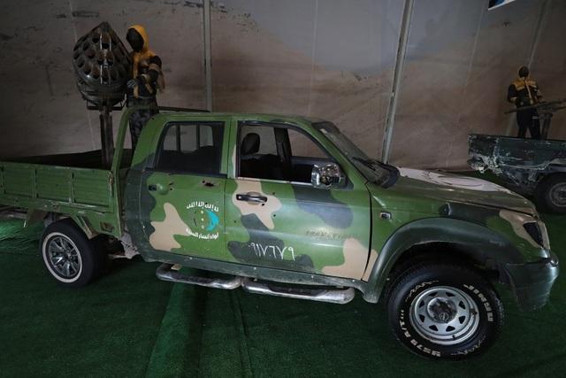 Quân đội Nga được cho là đã thu về 1.000 khí tài quân sự từ các nhóm vũ trang bất hợp pháp tại Syria, bao gồm các máy bay không người lái và thiết bị nổ tự chế của phiến quân. Trong ảnh: Một xe bán tải được cải tiến với thiết bị phóng đạn gắn ở thùng xe phía sau.