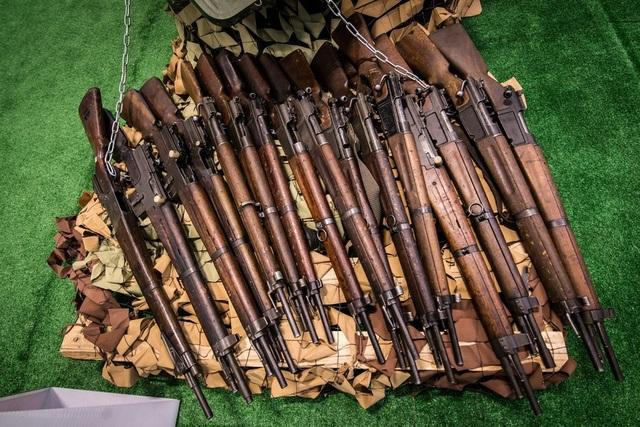 Nhiều vũ khí được đưa từ Đông Đức vào Syria trong thập niên 1960. Các súng trường MAS-49 và MAS-36 do Pháp chế tạo trước đây có thể lọt vào tay phiến quân sau khi chúng bị cướp từ các kho vũ khí của quân đội Syria. Nhiều khẩu súng trông vẫn khá mới, có thể do chưa được sử dụng nhiều. Trong ảnh: Nga trưng bày súng MAS-49 và MAS-36 tịch thu từ Syria