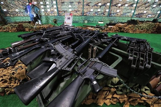 Triển lãm quân sự tại Nga cũng trừng bày nhiều loại vũ khí do Mỹ sản xuất bị tịch thu tại Syria, từ các vũ khí cầm tay cỡ nhỏ cho các hệ thống chống tăng.