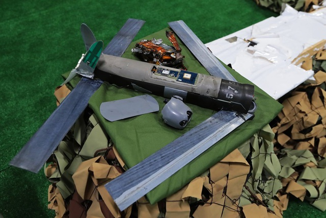 """Thiết bị bay không người lái AeroVironment Switchblade (UAV) hiện đại là một trong những sản phẩm của Mỹ trong cuộc chiến tại Syria. Thiết bị này được thiết kế như một """"chiến binh cảm tử"""", có khả năng mang theo đầu đạn phát nổ khi va chạm với mục tiêu. Khoảng 350 chiếc UAV này được cho là tới Iraq hồi năm ngoái và được đặc nhiệm Mỹ sử dụng để tấn công IS. Tuy nhiên sau đó chúng rơi vào tay phiến quân ở Syria."""