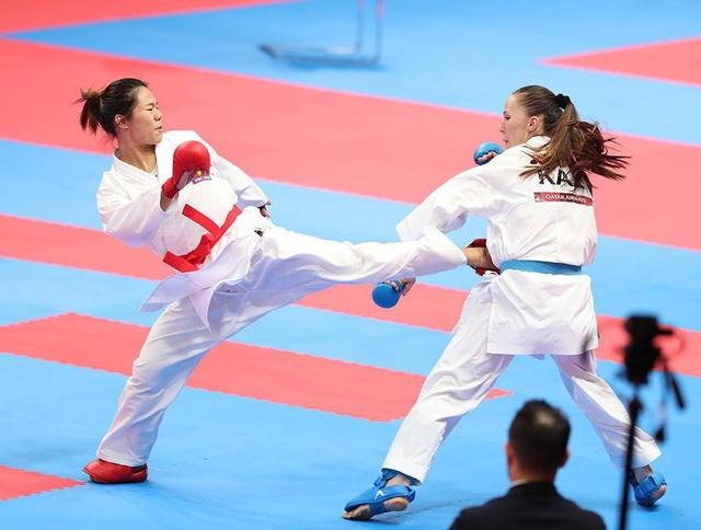 Nguyễn Thị Ngoan (trái) dừng bước ở bán kết khi đụng phải đối thủ mạnh người Kazakhstan