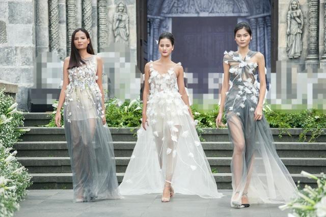 """Đây là lần đầu tiên 3 chân dài trưởng thành từ Vietnams Next Top Model từ Tiêu Linh - Kim Dung - Hương Ly cùng xuất hiện trên một sàn diễn. Các người đẹp đồng loạt khoác lên mình những bộ váy với chất liệu xuyên thấu gợi cảm, trên thân váy đính hoa để tạo hình ảnh lãng mạn như """"nàng thơ""""."""