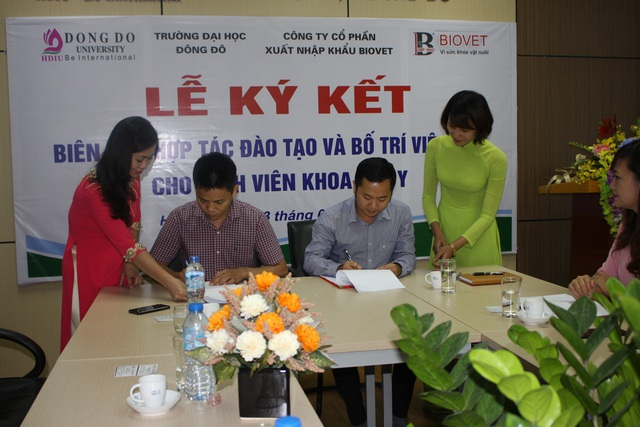 Ông Nguyễn Văn Năm (ngồi bên trái) - giám đốc công ty cổ phần xuất nhập khẩu BIOVET và thầy giáo TS. Dương Văn Hòa - Hiệu trưởng Trường ĐH Đông Đô, ký biên bản hợp tác đào tạo và bố trí việc làm cho sinh viên khoa Thú y.