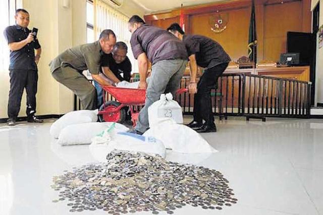 Số tiền xu nặng hơn 800 kg