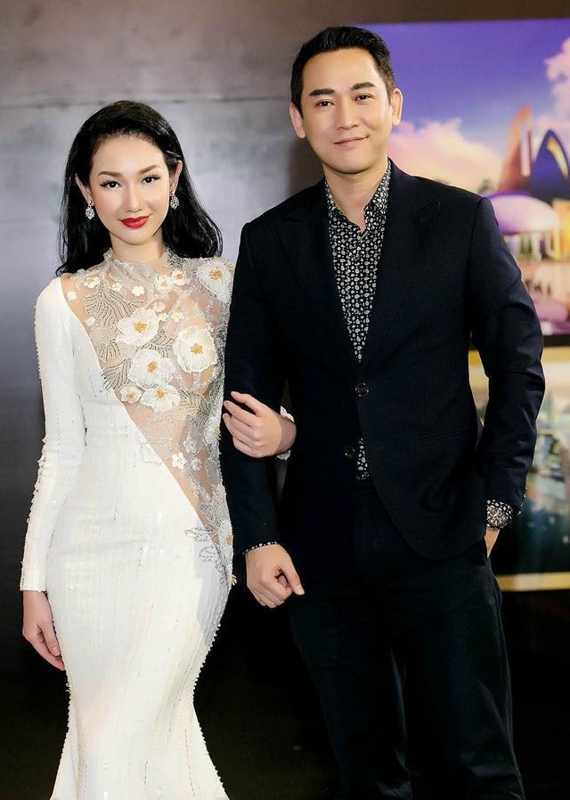 Mới đây, MC Quỳnh Chi trong vai trò nhà sản xuất phim gây chú ý khi thân thiết cùng diễn viên Hứa Vĩ Văn xuất hiện trong sự kiện.