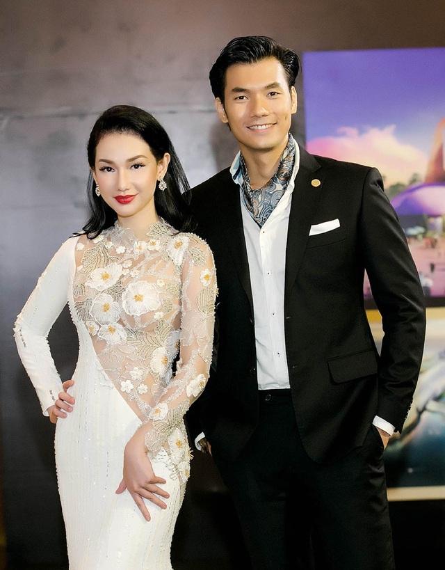 Diễn viên Nhan Phúc Vinh bảnh bao với vest đen đến chúc mừng Quỳnh Chi