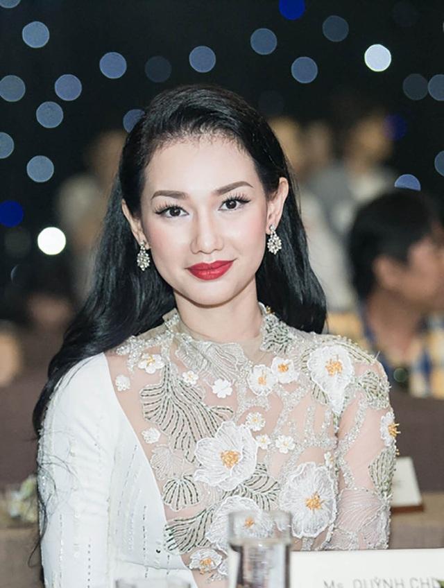 MC Quỳnh Chi bất ngờ chia sẻ thông tin thành lập công ty riêng làm phim tiền tỷ khiến nhiều người bất ngờ và không ít lời đồn đoán cho rằng cô đã tìm được đại gia mới hỗ trợ cho sự nghiệp của mình.