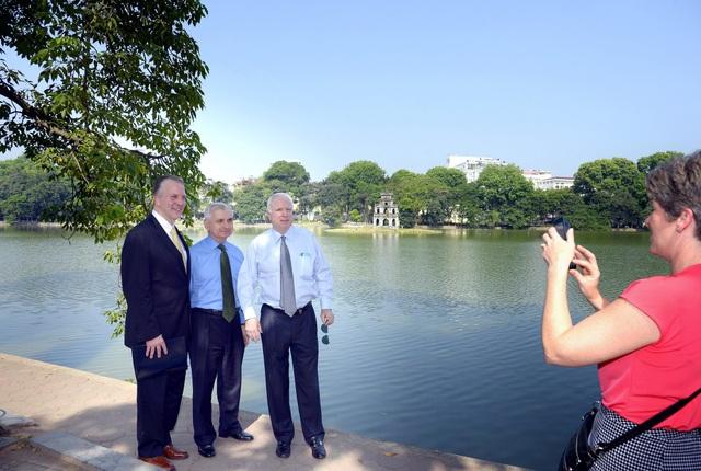 Thượng nghị sĩ John McCain (ngoài cùng bên phải) trong một lần thăm lại Việt Nam. (Ảnh: Đại sứ quán Mỹ)