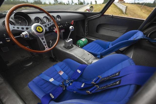 Nội thất của chiếc siêu xe ra đời năm 1962.