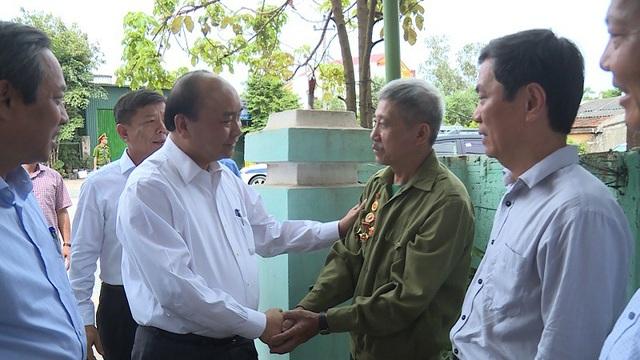 Thủ tướng tới thăm hộ gia đình thương binh hạng 4/4 Phạm Đức Dinh, ở phường Bắc Lý, thành phố Đồng Hới