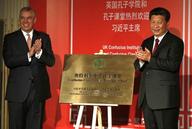 Chủ tịch Trung Quốc Tập Cận Bình khai trương Viện Khổng Tử tại London, Anh năm 2015 (Ảnh: Reuters)