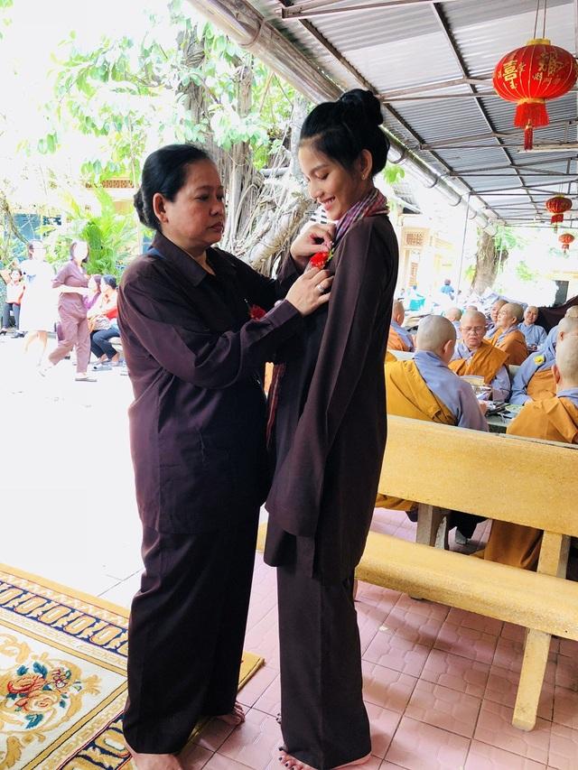 Trương Thị May và mẹ.