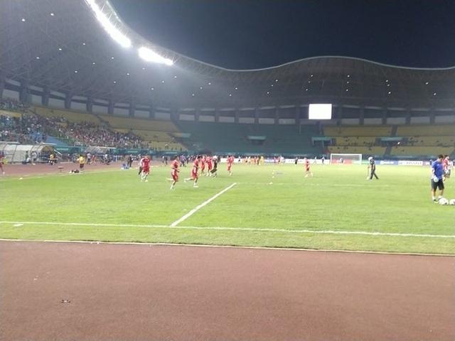 Các cầu thủ Olympic Việt Nam khởi động trước trận tứ kết gặp Syria