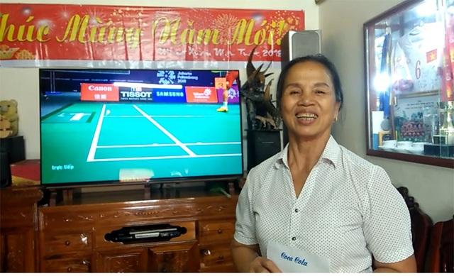 Bà Hương, mẹ Bùi Tiến Dũng cười tươi, tin Việt Nam sẽ đánh bại Syria