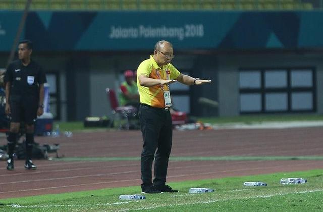 HLV Park Hang Seo chỉ đạo học trò thi đấu bên ngoài đường biên