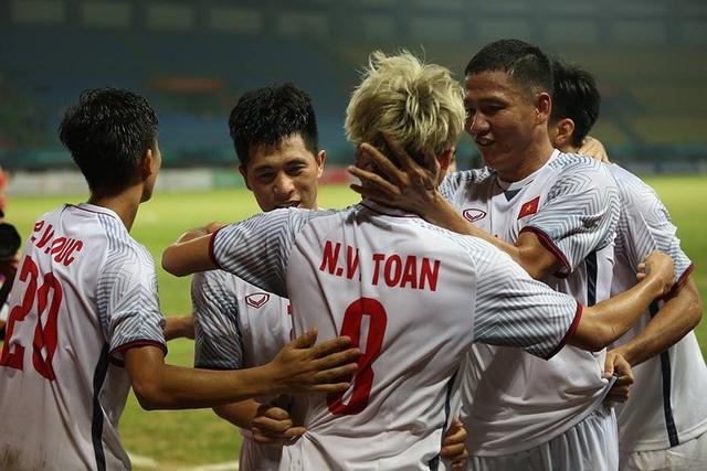 Các cầu thủ Olympic Việt Nam ăn mừng bàn mở tỉ số