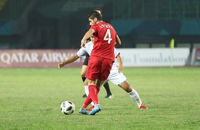 Cầu thủ Busmar của Olympic Syria chuyền bóng trước sự áp sát của hậu vệ Bùi Tiến Dũng