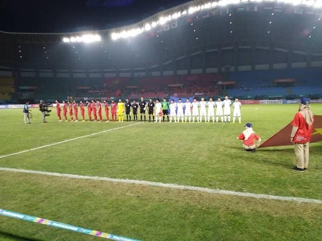 Cầu thủ hai đội làm lễ chào cờ trước trận đấu
