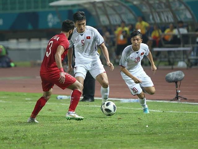 Văn Đức (phải) vào sân ở hiệp hai để làm mới hàng công cho Olympic Việt Nam