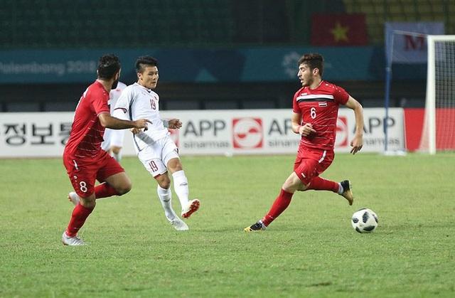 Quang Hải (giữa) trong vòng vây của các cầu thủ Olympic Syria
