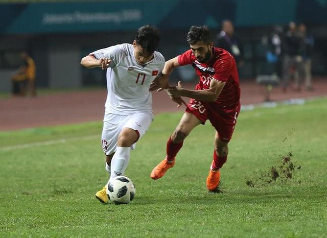 Văn Thanh (trái) trong tình huống nỗ lực lên bóng trước sự truy cản của Al Ahmad