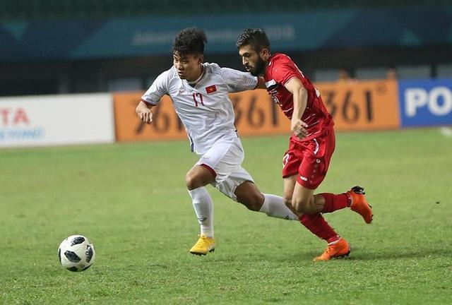 Văn Thanh (trái) đua tốc độ với cầu thủ Olympic Syria