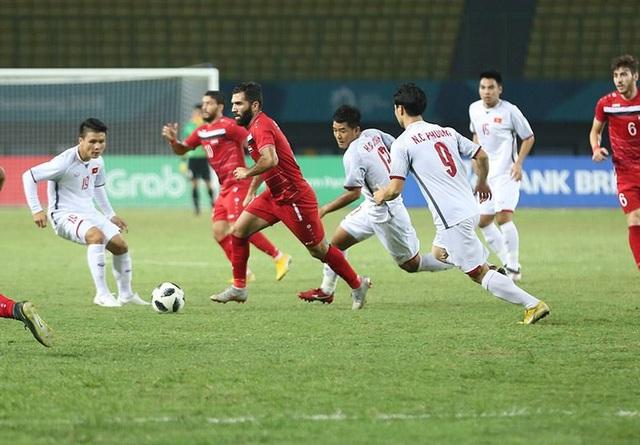 Olympic Syria (áo đỏ) chủ động chơi chắc chắn trước Olympic Việt Nam