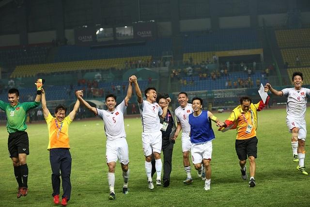 Các cầu thủ Olympic Việt Nam ăn mừng sau chiến thắng trước Syria