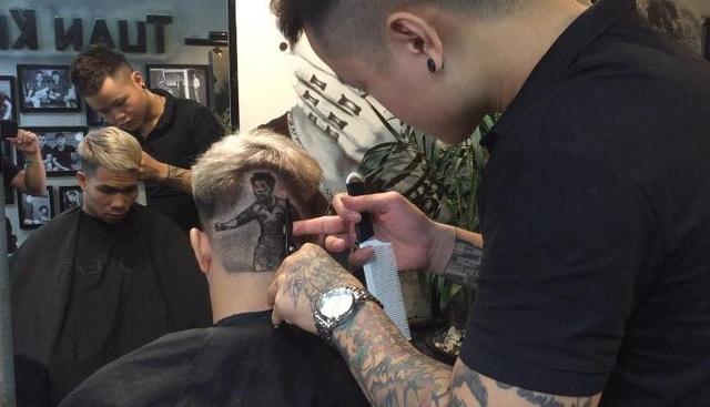 Quá trình tạo hình trên tóc phải nhập tâm dù là các chi tiết nhỏ nhất.