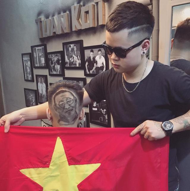 Anh Trương Xuân Tuấn bên tác phẩm khắc hình HLV Park Hang Seo