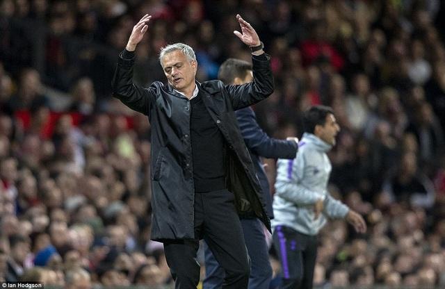 Sự chán nản của Mourinho khi đội nhà bị thủng lưới