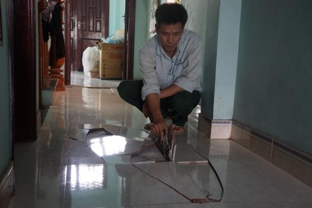 Người dân bức xúc vì nhà hư hỏng vẫn chưa được bồi thường để sửa chữa.