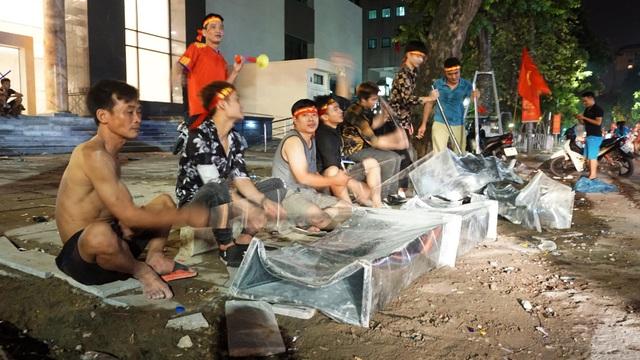 Nhóm công nhân gõ hộp tôn mừng chiến thắng của Olympic Việt Nam.