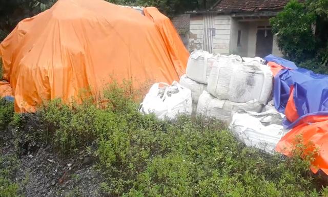 Thái Nguyên: Hàng trăm tấn chất thải nguy hại trắng trợn đổ trộm vào nhà dân! - Ảnh 2.
