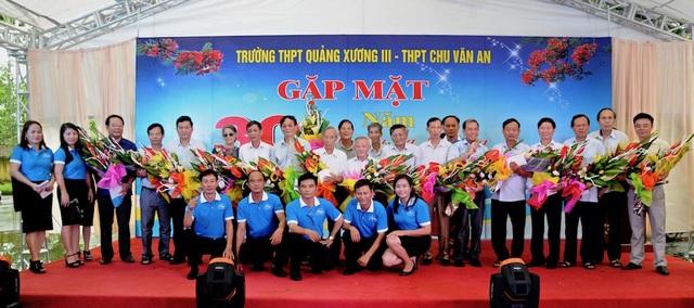 Đại diện các lớp chụp ảnh lưu niệm cùng các thầy cô đã tham gia giảng dạy khóa 1985-1988 và thầy cô đang công tác tại trường THPT Chu Văn An.