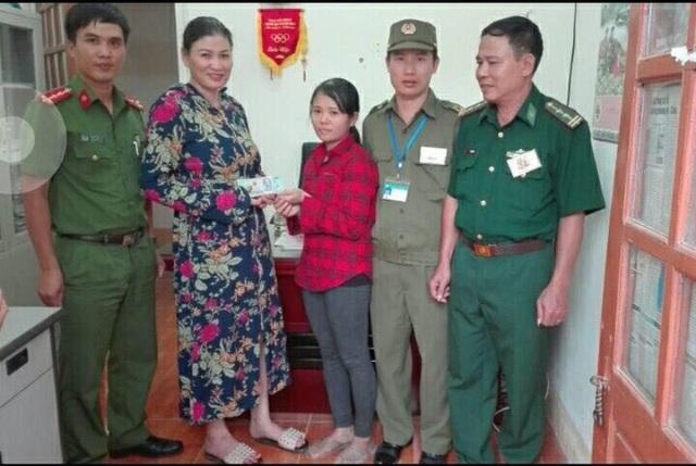 Trước sự chứng kiến của Công an xã Sơn Kim 2 và Công an huyện Hương Sơn, chị Mai (áo đỏ) đã trao lại số tiền cho chị Dụng