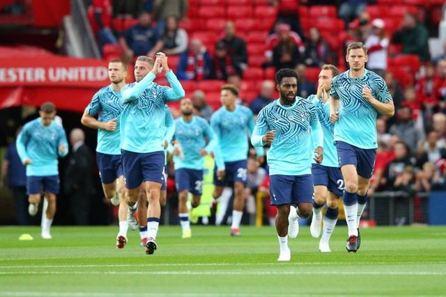 Các cầu thủ Tottenham khởi động ở Old Trafford, mùa trước họ thua liền hai trận ở sân đấu này, một ở FA Cup, một ở Premier League