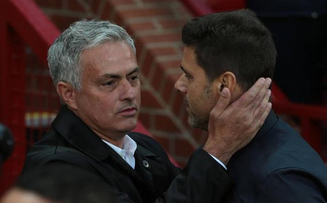 Mourinho và Pochettino chào hỏi nhau trước khi trận đấu diễn ra