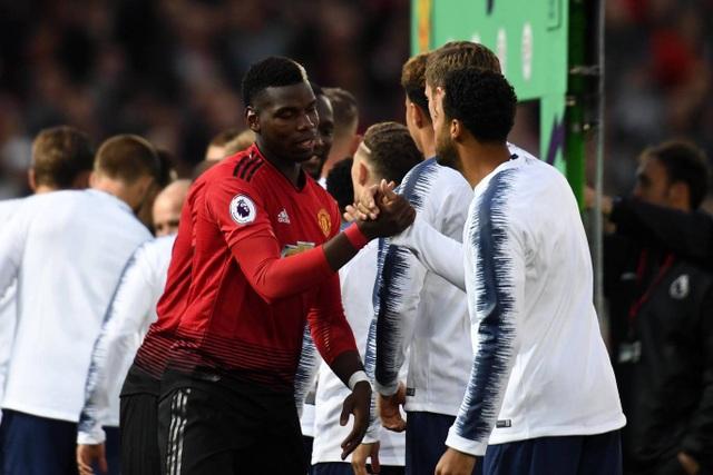 Pogba bắt tay cầu thủ đối phương trước khi thi đấu, tiền vệ người Pháp đã trả lại băng đội trưởng cho Valencia